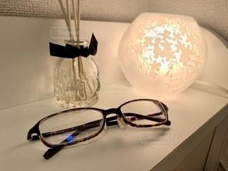 ファッション,アクセサリー,屋内,部屋,ガラス,家,眼鏡,ランプ,花柄,アロマ,間接照明,ディフューザー,スティック,メガネ,芳香剤,ベッドサイド