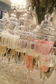 ワイングラスのテーブルの上の空のボトルの写真・画像素材[2771778]