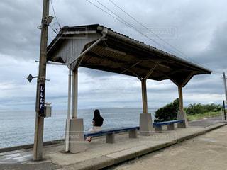 水域の隣に立つ人の写真・画像素材[2837064]
