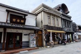 通りの脇に店のある建物の写真・画像素材[2840787]