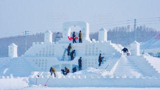 雪の上でスキーをする人々のグループの写真・画像素材[2763147]