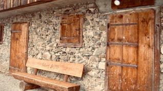 丸太のベンチの写真・画像素材[2803787]