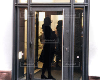 女性,ファッション,風景,黒,人物,人,ドア,コーディネート,コーデ,通り,ブラック,黒コーデ