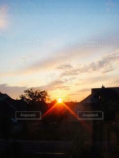 風景,空,屋外,太陽,雲,夕暮れ,光,家,樹木,クラウド