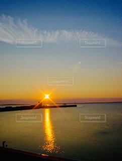 空,屋外,湖,太陽,ビーチ,水面,光,地平線,日の出,クラウド