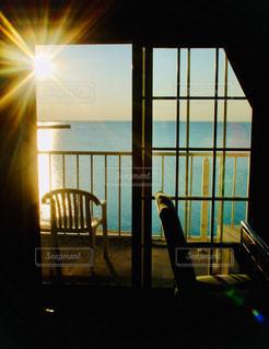 空,屋内,太陽,窓,水面,光,椅子,家具