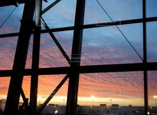 空,建物,屋内,太陽,夕暮れ,飛行機,窓,光,クラウド,駐機場