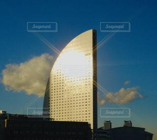 空,建物,屋外,太陽,雲,青い空,光,タワー,高層ビル,明るい,日中,クラウド,アーキテクチャ