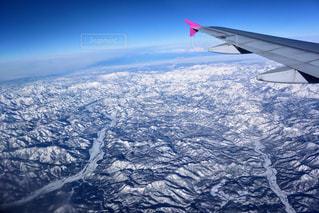 東北の雪山上空を飛ぶ飛行機の写真・画像素材[2818514]