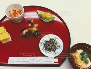 テーブルの上の食べ物のボウルの写真・画像素材[2872455]