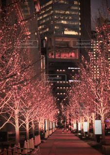 夜にライトアップされた街の写真・画像素材[2942451]
