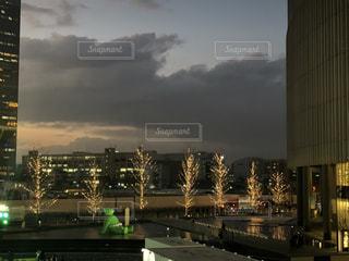 空,建物,夜,屋外,大阪,水面,夕方,タワー,樹木,イルミネーション,都会,ライトアップ,高層ビル,ツリー,買い物,梅田,関西,ショッピング,クラウド,グランフロント大阪,シャンパンゴールド