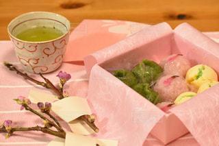 ひな祭りの和菓子と桃の枝の写真・画像素材[2994707]