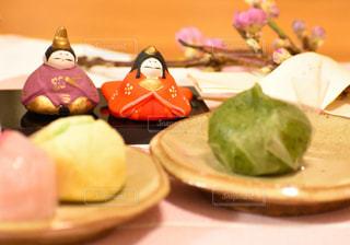 ひな祭りの和菓子と桃の枝の写真・画像素材[2994706]