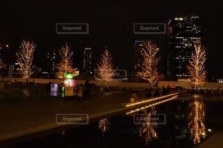空,建物,夜,ビル,雨,屋外,きれい,樹木,イルミネーション,都会,ライトアップ,クリスマス,照明,ステージ,グランフロント大阪,シャンパンゴールド,クリスマス ツリー,グランフロントクリスマス,#グランフロント大阪#クリスマス#グランフロントクリスマス#イルミネーション#シャンパンゴールド#PR#snapmart