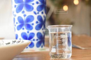 テーブルの上のコーヒーカップのクローズアップの写真・画像素材[2896907]