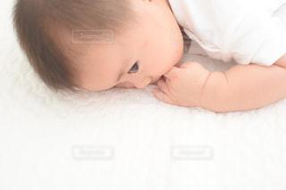 ベッドに横たわる赤ん坊の写真・画像素材[2982929]
