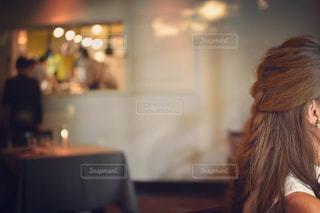 テーブルの上に座っている女性の写真・画像素材[2982940]