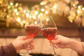 ワインを一杯持つ手の写真・画像素材[3054819]