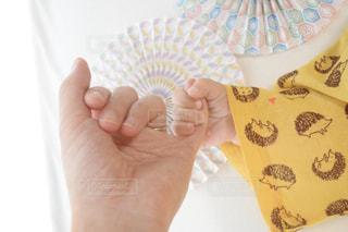 ママの小指と握手の写真・画像素材[3126108]