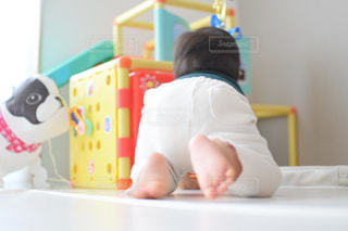 テーブルの上に座っている小さな子供の写真・画像素材[3172026]