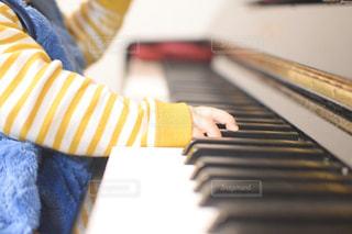 ピアノに座っている人の写真・画像素材[3201013]
