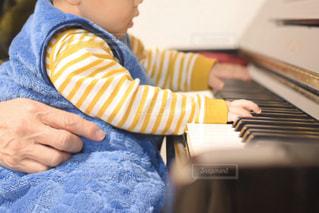 ピアノに座っている小さな子供の写真・画像素材[3201015]