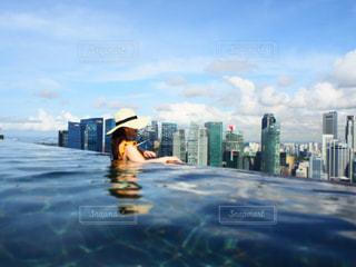 背景に都市があるプールの写真・画像素材[3241013]