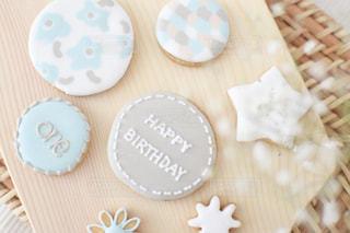 テーブルの上にケーキを1個入れの写真・画像素材[3253132]