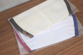 木製のテーブルの上のマスクの写真・画像素材[3278498]