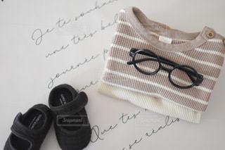 ベッドの上のメガネの写真・画像素材[3308431]