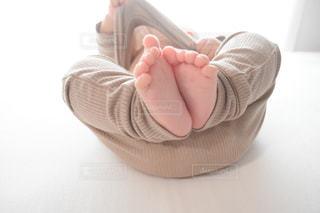赤ん坊を抱く手の写真・画像素材[3308505]