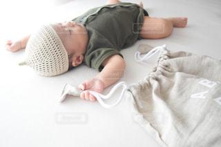 ベッドに横たわる赤ん坊の写真・画像素材[3308509]