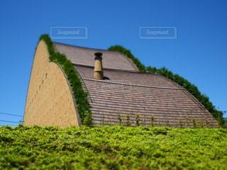 緑の草が付いている大きなレンガ造りの建物の写真・画像素材[3336531]