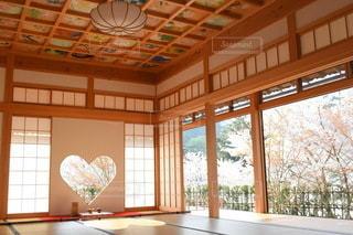 家具と大きな窓でいっぱいの部屋の写真・画像素材[3336646]