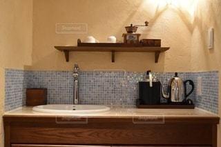 台所には、シンクと鏡があるの写真・画像素材[3349414]