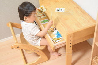 子ども,風景,キッズ,屋内,室内,椅子,テーブル,机,人,座る,赤ちゃん,家具,幼児,勉強,木目,ベビー,自宅,知育,自習,学習,学習机,幼児教育,自宅学習