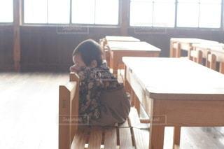 子ども,カフェ,風景,春,キッズ,屋内,室内,窓,椅子,テーブル,机,床,人,校舎,座る,学校,赤ちゃん,家具,教室,幼児,勉強,木目,ベビー,小学校,廃校,自宅,袴,授業,卒業式,4月,自習,学習,学習机,廃校カフェ,自宅学習