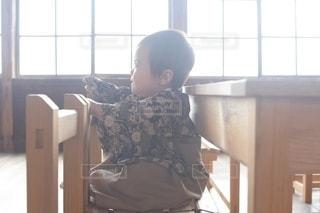 子ども,カフェ,風景,春,キッズ,屋内,室内,窓,椅子,テーブル,机,床,人,校舎,座る,学校,赤ちゃん,家具,可愛い,教室,幼児,勉強,男の子,木目,ベビー,小学校,0歳,廃校,自宅,袴,授業,卒業式,4月,自習,学習,学習机,廃校カフェ,自宅学習