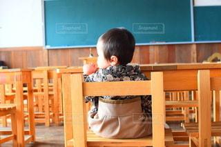 子ども,カフェ,風景,春,キッズ,屋内,室内,窓,椅子,テーブル,机,床,人,校舎,座る,学校,赤ちゃん,家具,黒板,教室,幼児,勉強,少年,木目,ベビー,小学校,廃校,自宅,袴,授業,卒業式,4月,自習,学習,学習机,廃校カフェ,自宅学習