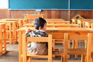 子ども,カフェ,風景,春,キッズ,屋内,室内,窓,椅子,テーブル,机,床,人,校舎,座る,学校,赤ちゃん,家具,黒板,教室,幼児,勉強,木目,ベビー,小学校,廃校,自宅,袴,授業,卒業式,4月,自習,学習,学習机,廃校カフェ,自宅学習