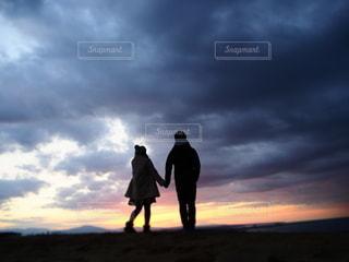 夕日の前に立っている男の写真・画像素材[3394622]