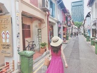 建物の前の通りを歩いている人の写真・画像素材[3404885]