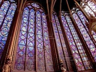 サント・シャペルを背景に大きな窓を持つ教会の写真・画像素材[3406288]