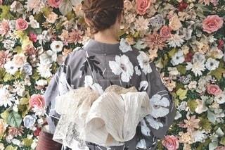 花を持っている人の写真・画像素材[3516360]