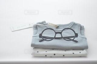 テーブルの上のメガネの写真・画像素材[3643253]