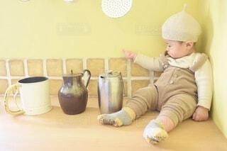 テーブルの上に座っている小さな子供の写真・画像素材[3697984]