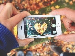 携帯電話を持つ手の写真・画像素材[3712409]