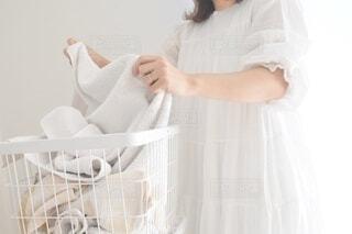ウェディングドレスを着た人の写真・画像素材[3735340]