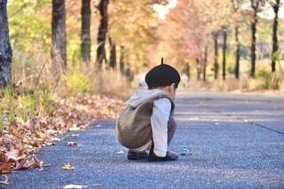 秋服コーデで並木道散歩の写真・画像素材[3897234]